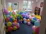 Dziewczyny w kąpieli balonowej